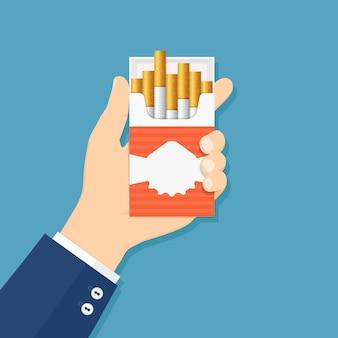 Öffnen sie die packung zigaretten in der hand mann