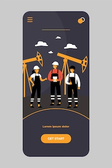 Ölraffinerieingenieure arbeiten an der fabrik an der mobilen app