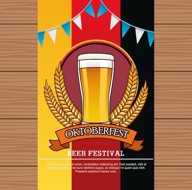 Oktoberfest-festkarte mit biergetränk in glas und girlanden