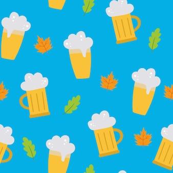 Oktoberfest nahtloses vektormuster mit einem glas bierblätter auf blauem hintergrund