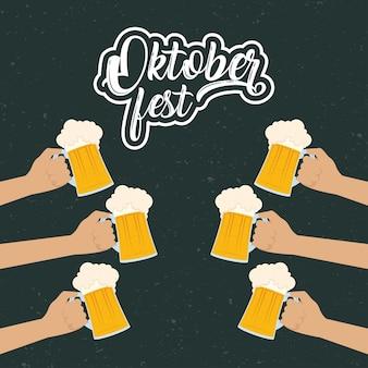 Oktoberfest-partybeschriftung in mit händen, die biervektorillustrationsentwurf heben