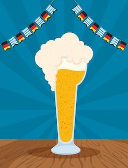 Oktoberfest-partyfeier mit bierbecher- und girlandenvektorillustrationsentwurf