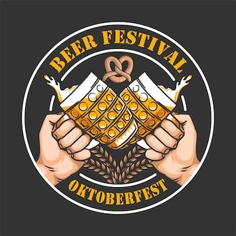 Oktoberfest zweihändig halten bier mit schaum