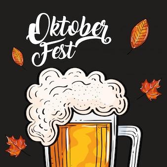 Oktoberfestfestfeier mit glasbier und blättern