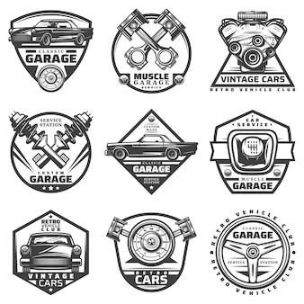 Oldtimer-reparaturservice-etiketten, die mit beschriftungen und autokomponenten-detailteilen im monochromen stil lokalisiert werden