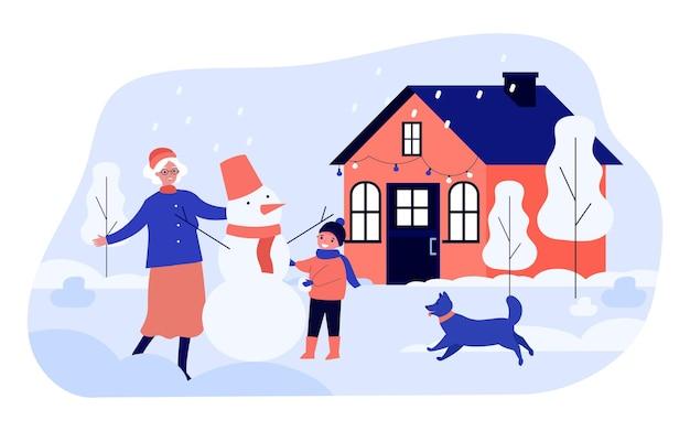 Oma und enkel machen zusammen schneemann im hinterhof. flache vektorillustration. alte frau, kind, hund, der sich unter schneefall amüsiert. familie, winter, weihnachten, urlaub, kindheitskonzept für design