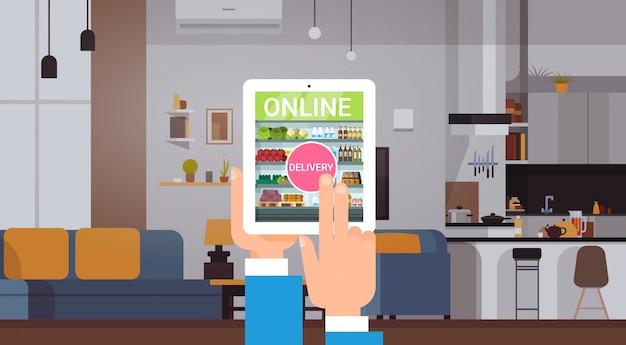 On-line-lebensmittelgeschäft-produkt-zustelldienst-konzept-leute, die lebensmittel mit digital-tablet-anwendung vom haus bestellen