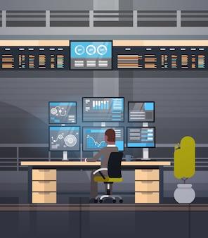 Online-handelskonzept afroamerikaner-mann, der mit börsenüberwachungsverkäufen arbeitet