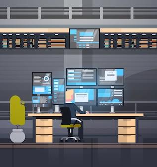Online-handelskonzept-mann, der mit börsenüberwachungsverkäufen arbeitet