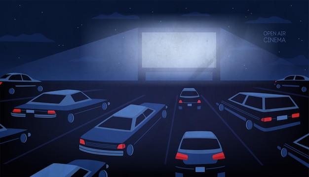 Open-air-, outdoor- oder autokino-theater bei nacht. große kinoleinwand, die in dunkelheit leuchtet, umgeben von autos gegen abendhimmel mit sternen und wolken im hintergrund. cartoon-vektor-illustration.
