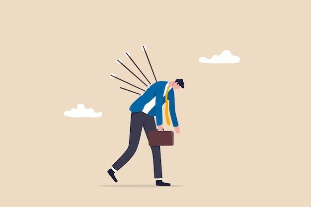 Opfer von geschäftsverrat, schmerzen durch versagen oder stress, angst und gewalt durch soziales mobbing, überarbeitetes problemkonzept, deprimierter, erschöpfter geschäftsmann, der mit schmerzhaften bögen auf dem rücken geht