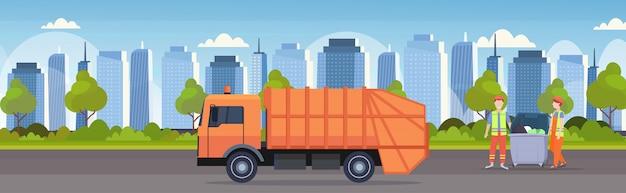 Orange müllwagen städtischen sanitärfahrzeug paar arbeiter in einheitlichen laden recyclingbehälter abfall recycling-konzept modernen stadtbild hintergrund flache horizontale banner