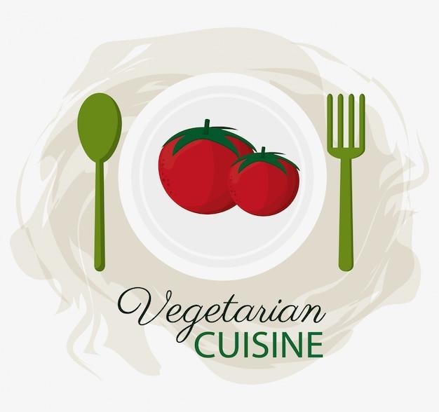 Organische nahrungsmittelplatte und -löffel gabel der tomaten vegetarische küche