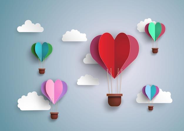 Origami machte heißluftballon in einer herzform.