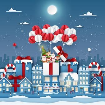 Origami papierkunst des netten weihnachtscharakters auf ballon in der stadt mit dem schneien