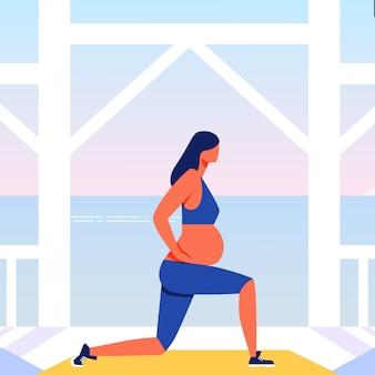 Outdoor-training für schwangere am meer hintergrund.