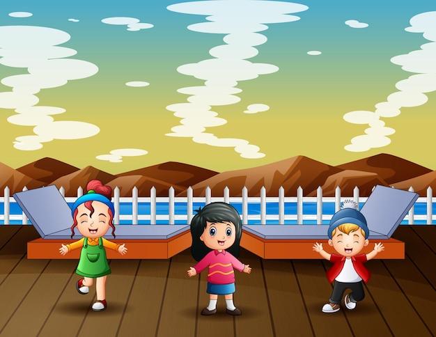 Ozean- und berglandschaft mit kindern im pier