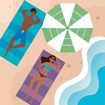 Paar afro mit badeanzug liegend am strand bräunen, sommerferienzeit