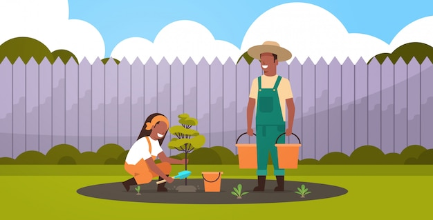Paar bauern, die jungen baummann pflanzen, der wassereimer-frau gräbt, die boden gräbt, der im garten arbeitet gartenbaukonzept hinterhof hintergrund voller länge horizontal
