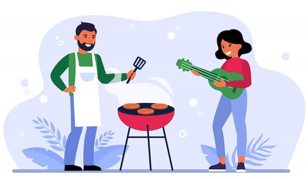 Paar, das grillparty im freien hat