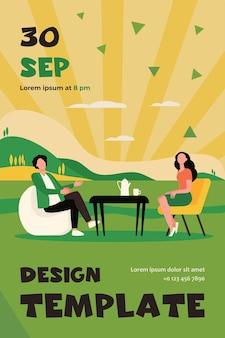 Paar, das tee im café auf natur trinkt. flyer vorlage