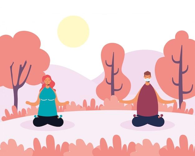 Paar, das yoga und soziale distanzierung im park praktiziert
