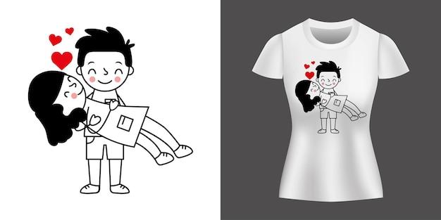 Paar, das zwischen herzen liebt, druckt auf hemd.