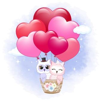 Paar eule im valentinstagskonzept des heißluftballons