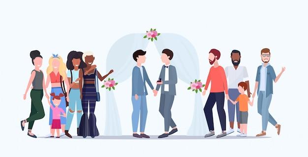 Paar frisch verheiratete schwule, die hinter blumenbogen des gleichen geschlechts glücklich verheiratete homosexuelle familienhochzeit stehen, die konzept männliche zeichentrickfiguren in voller länge flach horizontal feiert