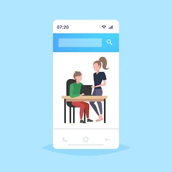 Paar geschäftsleute mit laptop am arbeitsplatz schreibtisch geschäftsmann mit weiblichen assistenten brainstorming zusammenarbeiten teamwork-konzept smartphone-bildschirm mobile anwendung in voller länge