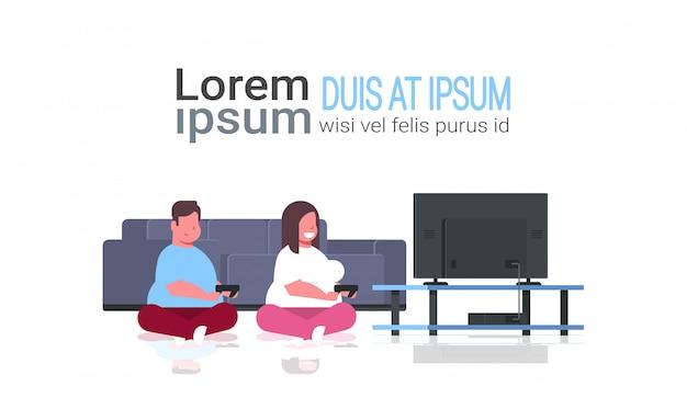 Paar hält joystick-spielfeld familienvater frau, die videospiele auf dem fernsehbildschirm ungesund ausübt