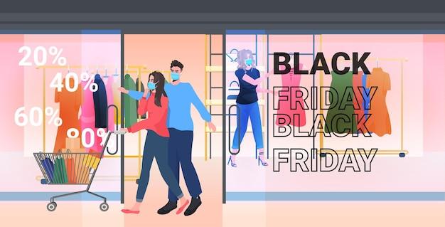 Paar in masken, die mit einkäufen im trolley-wagen gehen, schwarzer freitag, großer verkaufsförderungsrabattkonzept, einkaufszentrum in voller länge, horizontale vektorillustration