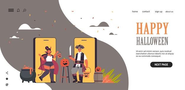 Paar in teufels- und piratenkostümen auf smartphonebildschirmen happy halloween party coronavirus quarantäne online-kommunikationskonzept horizontale kopie raum voller länge vektor-illustration