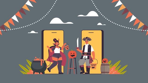 Paar in teufels- und piratenkostümen auf smartphonebildschirmen happy halloween party coronavirus quarantäne online-kommunikationskonzept horizontale vektorillustration in voller länge
