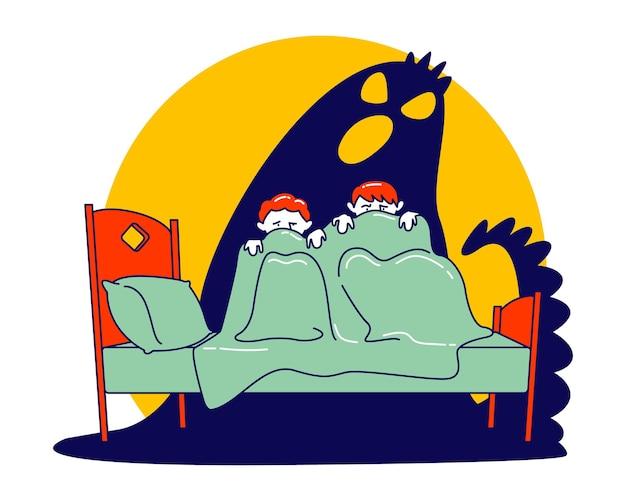 Paar kleine verängstigte kinder, die auf dem bett sitzen und sich vor dem erschreckenden geist unter der decke verstecken. karikatur flache illustration