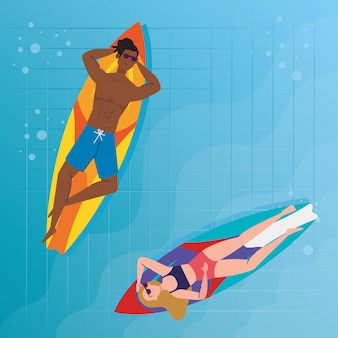 Paar mit badeanzug, auf surfbrettern liegend, im pool, sommerferienzeit