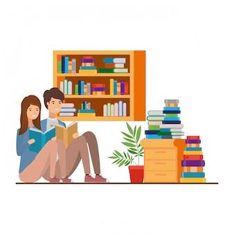 Paar mit buch in händen im wohnzimmer