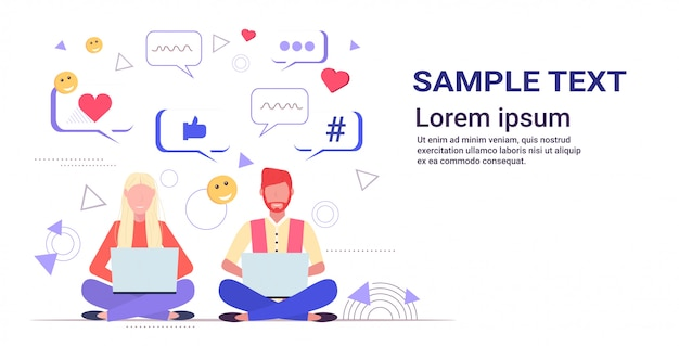 Paar mit laptops sitzen lotus pose mit online-chat-app soziale netzwerk chat-blase kommunikationskonzept skizze voller länge kopierraum