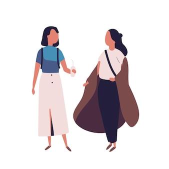 Paar schulmädchen im teenageralter. studentinnen, schüler, klassenkameraden oder freunde, die zusammenstehen und sich unterhalten, reden oder chatten. bunte vektorillustration im modernen flachen stil.