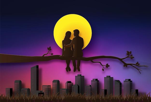 Paar sitzt auf einem ast im mondschein. scherenschnitt-illustration von liebe und valentinstag.
