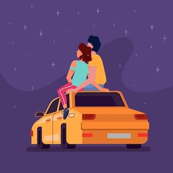 Paar sitzt nachts auf autodach und schaut auf sterne