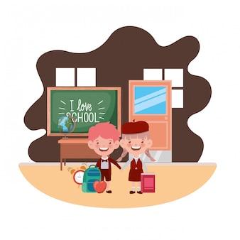 Paar studenten mit schulmaterial im klassenzimmer