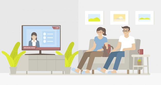 Paar und katze sitzen auf dem sofa und sehen aktuelle nachrichten im smart-tv im wohnzimmer
