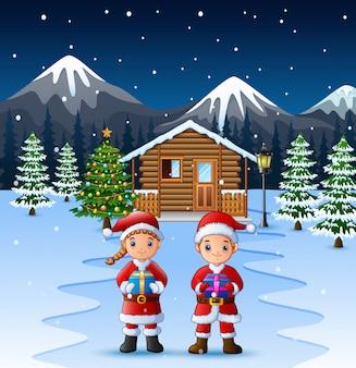 Paar weihnachtsmann, der ein kastengeschenk hält