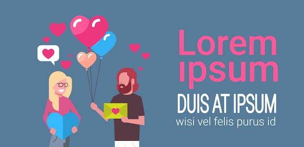 Paare, die geschenke und herz-form-luftballone, valentine day holiday concept-schablone halten