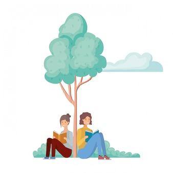 Paare, die mit buch in der landschaft mit bäumen und anlagen sitzen