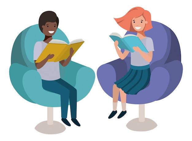 Paare von den kindern, die im sofa mit buchavataracharakter sitzen