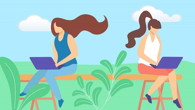Paare von den mädchen-freiberufler-charakteren, die entfernt an dem laptop draußen sitzt arbeiten
