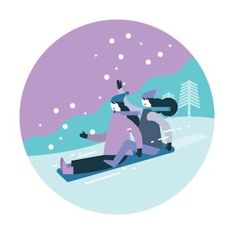 Paarfrau, die auf schnee rodelt