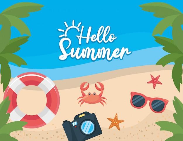 Palmen mit float und krabben mit seesternen und kamera am strand